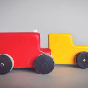 מכוניות צבעוניות מעץ