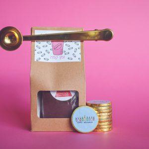 קפה ומטבעות שוקולד לחנוכה